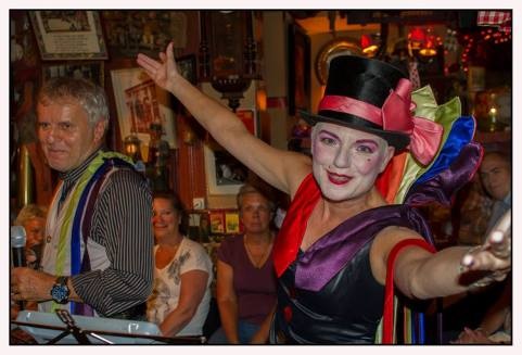 Senior Sing Along met DirQ en Tom Zingt in café 't Mandje 2 door John Melskens