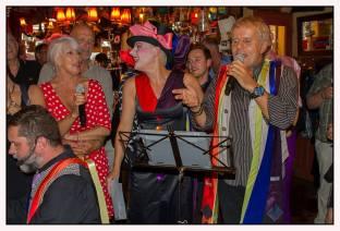 Senior Sing Along met DirQ, Tom Zingt en Hansje Ravenstein in café 't Mandje door John Melskens