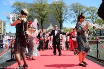 Klaar voor de start van de Canal Parade, met uiterst rechts May Peters, wereldbekend trombone speelster