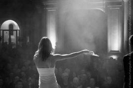 132 Emma van DWDD oefent het geven van punten op een songfestival