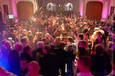 140 Alle artiesten op het podium voor de groepsfoto